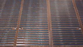 Antena pustynnego widoku energii słonecznej gospodarstwa rolnego wielki przemysłowy inscenizowanie koncentrował energię słoneczną zdjęcie wideo