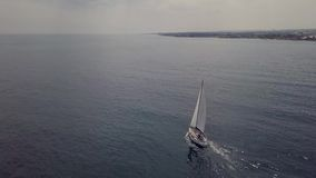 Antena que aumenta a vista de um barco de navigação ao longo do litoral video estoque