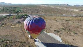 Antena que circunda el aterrizaje del globo del aire caliente en desierto almacen de metraje de vídeo