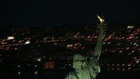 Antena que explora la estatua de la libertad en la noche almacen de video