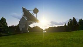 Antena satélite no prado verde, nascer do sol do timelapse à tarde vídeos de arquivo