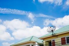 Antena satelitarna na dachu z niebieskiego nieba tłem Obraz Stock