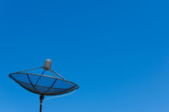 Antena satelitarna na niebieskiego nieba tle Fotografia Royalty Free
