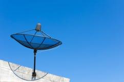 Antena satelitarna na niebieskiego nieba tle Obrazy Stock