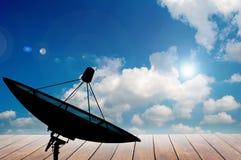 Antena satelitarna na niebieskim niebie i Drewnianym tarasowym tle obraz stock