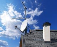 Antena Satelitarna TV na niebieskim niebie i antena Zdjęcia Stock