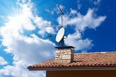 Antena Satelitarna TV na niebieskim niebie i antena Zdjęcia Royalty Free