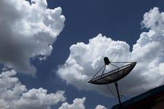 Antena Satelitarna w niebieskim niebie Obrazy Stock