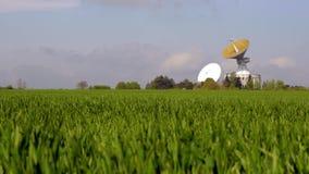 Antena Satelitarna w wsi Astronautyczny tropi teleskop na szerokim zieleni polu zbiory wideo