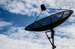 Antena satelitarna z chmurnym fotografia royalty free