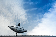 Antena satelitarna z niebem Obrazy Royalty Free