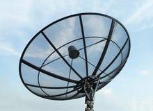Antena satelitarna z niebieskiego nieba tłem Obraz Royalty Free