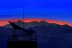 Antena satelitarna z piękną halną sceną w ranku światła use dla komunikacyjnego tematu i telekomunikacyjny łączyć Zdjęcia Royalty Free