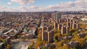 Antena sobre Baychester y los edificios de la ciudad Bronx Nueva York del gallinero almacen de video