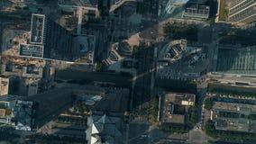 Antena sobre ciudad y rascacielos metrajes