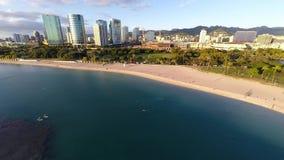 Antena sobre o parque da praia de Alá Moana em Honolulu, Havaí vídeos de arquivo