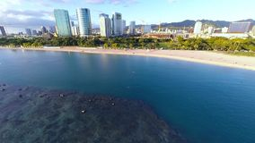 Antena sobre o parque da praia de Alá Moana em Honolulu, Havaí filme