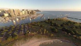 Antena sobre o parque da praia de Alá Moana em Honolulu, Havaí video estoque