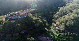 Antena sobre pueblo en Costa Rica metrajes