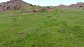 Antena sobre um sheepfold nas montanhas de Balcãs selvagens vídeos de arquivo