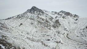 Antena sobre un top nevado de la montaña en los Balcanes almacen de video