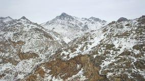Antena sobre un top nevado de la montaña en los Balcanes almacen de metraje de vídeo