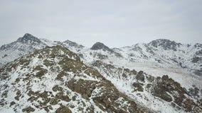 Antena sobre un top nevado de la montaña en los Balcanes metrajes