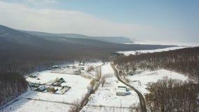 Antena sobre un valle nevado de la montaña en los Balcanes almacen de metraje de vídeo