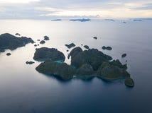 Antena Spokojny ocean i Rockowe wyspy w Misool, Raja Ampat Fotografia Royalty Free