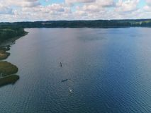 Antena strzał łódź na jeziorze w spadku i kajak zbiory wideo
