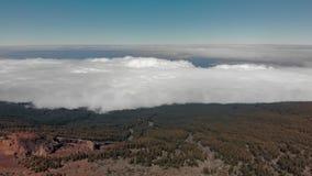 Antena strzał Średniogórze zielony las W przedpolu szczyt góra jest czerwony w kolorze latać nad chmury zbiory
