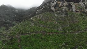 Antena strzał Alpejski krajobraz szczyt wzgórze z nadzwyczajną roślinnością i drzewa, przeciw tłu depresja zbiory wideo