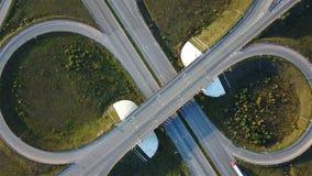 Antena strzał autostrady złącze z samochodu odgórnym widokiem w postaci znaka nieskończoność zbiory