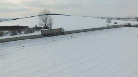Antena strzał ciężarówki jedzie na drodze na zima słonecznym dniu Truteń rusza się wzdłuż drogi zbiory