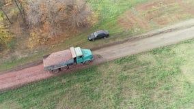 Antena strzał ciężarowy przewożenie żwir naprawiać wiejską drogę zbiory