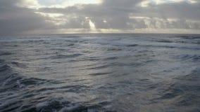Antena strzał otwarte morze zaświecał słońcem zbiory wideo
