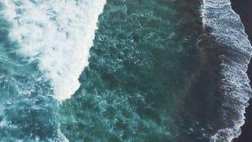 Antena strzał Panorama wzdłuż dennego brzeg Morze macha bicie przeciw brzeg zbiory wideo