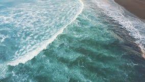 Antena strzał Panorama wzdłuż dennego brzeg Morze macha bicie przeciw brzeg widok z lotu ptaka zdjęcie wideo
