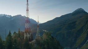 Antena strzał telekomunikacja góruje w górach, Włochy obraz stock