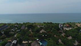 Antena strzał tropikalna zatoka z kamienistą plażą, łodziami i budynkami, zbiory