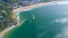 Antena strzał wybrzeże linia wokoło Noosa w światła słonecznego wybrzeżu Fotografia Royalty Free