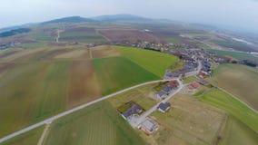 Antena strzał zielony paśnik, kultywujący pola, gospodarstwa rolne i chałupy, Rolnictwo zdjęcie wideo