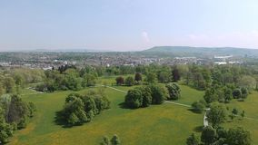 Antena strzału miasta park Stuttgart, piękni drzewa, łąka z kwiatami zbiory wideo