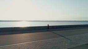 Antena strza? Kobieta biega w ranku czasie w bulwarze denny miasteczko zbiory wideo