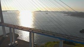 Antena strzelał Russkiy kablowy most podczas zmierzchu w mieście Vladivostok, Rosja zbiory