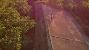 Antena strzelał młoda kobieta bieg przy terytorium stary 1st wojna światowa forteca podczas zmierzchu, wschód słońca obiektyw zdjęcie wideo