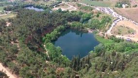 Antena strzelał mali sztuczni jeziora w terenie Saloniki Grecja, rusza się naprzód trutniem zbiory