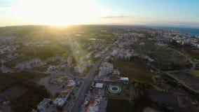 Antena strzelał Protaras miejscowości turystycznej ulica w Cypr, zmierzch na horyzoncie zbiory