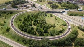 Antena strzelał samochód poruszający na autostrada wiadukcie, ringway, rondo obraz royalty free