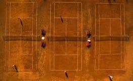 Antena strzelał tenisowych sądy z graczami Obrazy Stock